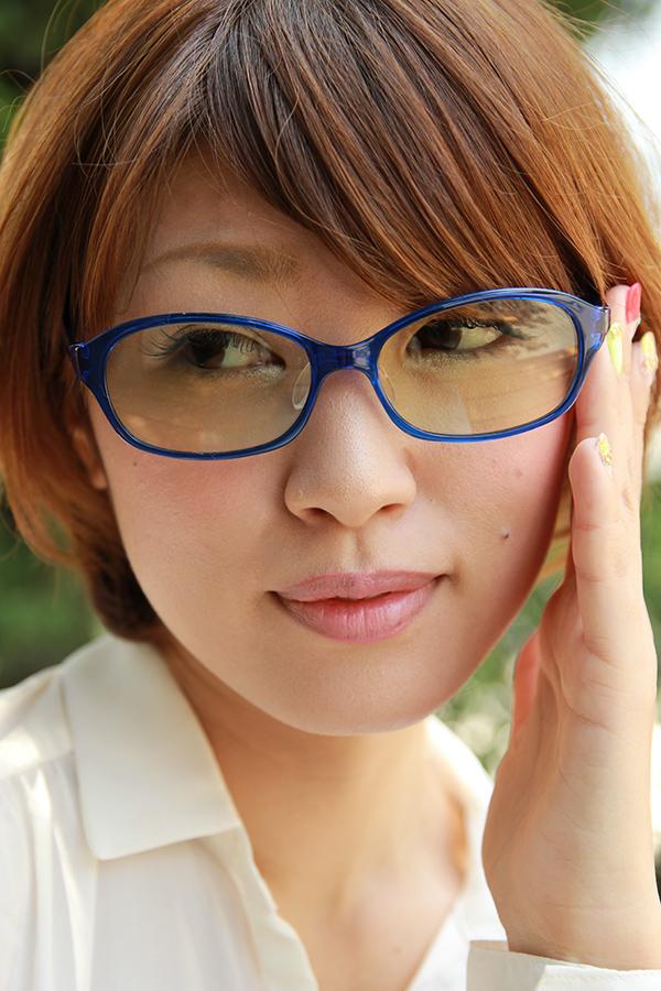 眼鏡をかける女性のイメージ画像